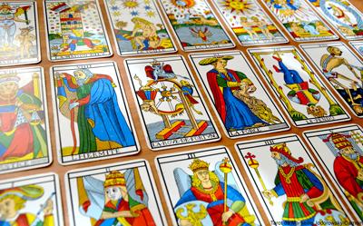 Le tarot de Marseille présente 22 arcanes majeures. Chacune des lames porte  un nom et un numéro exceptée le Mat, et l arcane numéro 13 appelée  couramment   53dd3a207237